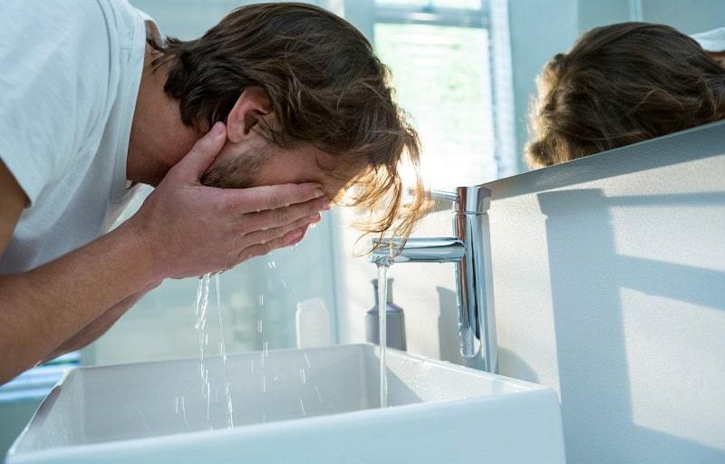 شستن صورت با آب