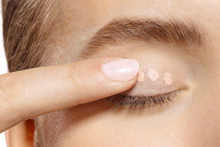 کاربرد کانسیلر برای افزایش ماندگاری سایه چشم