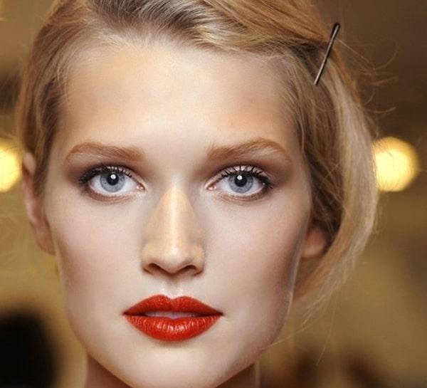 آرایش کلاسیک با رژ لب قرمز