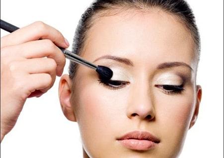 مخلوط کردن سایه ها یکی دیگر از بخش های مهم در آرایش چشم مرحله به مرحله
