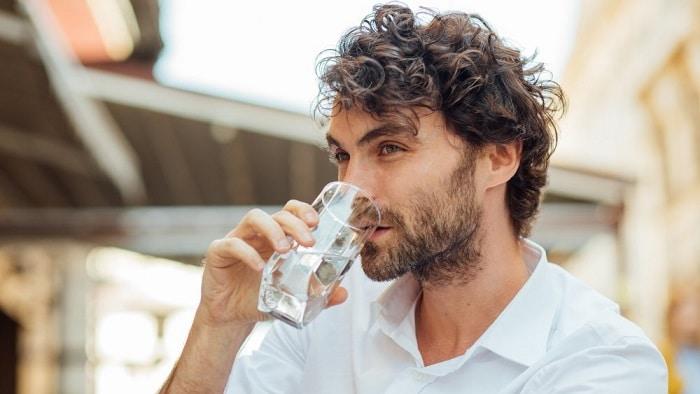 از بین بردن خط خنده نوشیدن آب