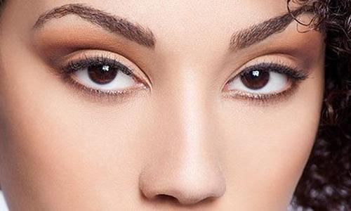 آرایش چشم رو به بالا