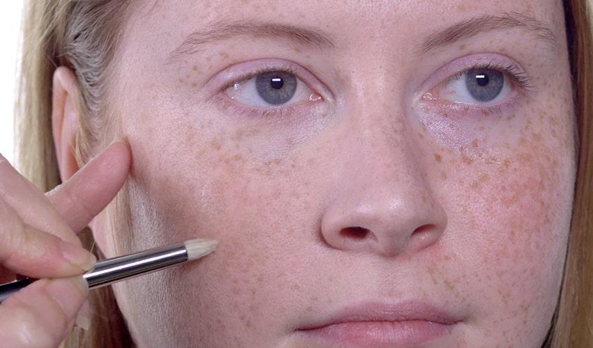 کانسیلر زدن در آرایش صورت کک و مک دار