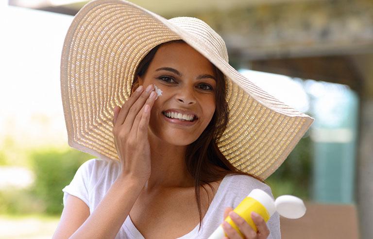 استفاده از ضد آفتاب و زیبا بودن بدون آرایش